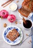 Apple, κέικ ξύλων καρυδιάς, φραντζόλα, ψωμί με τα φρέσκα μήλα Στοκ εικόνα με δικαίωμα ελεύθερης χρήσης