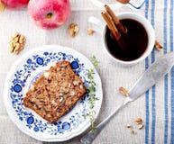 Apple, κέικ ξύλων καρυδιάς, φραντζόλα, ψωμί με τα φρέσκα μήλα Στοκ φωτογραφίες με δικαίωμα ελεύθερης χρήσης