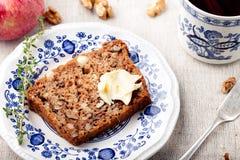 Apple, κέικ ξύλων καρυδιάς, φραντζόλα, ψωμί με τα φρέσκα μήλα Στοκ Φωτογραφίες