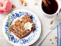 Apple, κέικ ξύλων καρυδιάς, φραντζόλα, ψωμί με τα φρέσκα μήλα Στοκ φωτογραφία με δικαίωμα ελεύθερης χρήσης