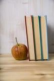 Apple και ένας σωρός των βιβλίων Στοκ Φωτογραφία