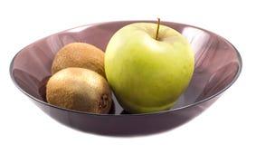 Apple και ακτινίδιο σε ένα μαύρο πιάτο Στοκ Φωτογραφία