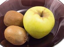 Apple και ακτινίδιο σε ένα μαύρο πιάτο Στοκ φωτογραφίες με δικαίωμα ελεύθερης χρήσης