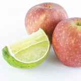 Apple και ασβέστης που απομονώνονται στο άσπρο υπόβαθρο Στοκ Φωτογραφία