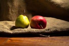 Apple και αχλάδι σε ένα ξύλινο υπόβαθρο Στοκ Φωτογραφία