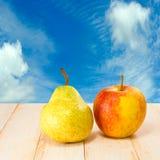 Apple και αχλάδια στο υπόβαθρο μπλε ουρανού Στοκ εικόνες με δικαίωμα ελεύθερης χρήσης