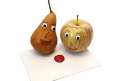 Apple και αχλάδι και η επιστολή ΑΓΑΠΗΣ Στοκ εικόνα με δικαίωμα ελεύθερης χρήσης