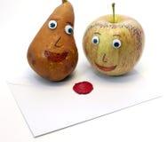 Apple και αχλάδι και η επιστολή με τη σφραγίδα της αγάπης Στοκ εικόνα με δικαίωμα ελεύθερης χρήσης
