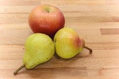 Apple και αχλάδι σε ένα ξύλινο υπόβαθρο Στοκ Εικόνες