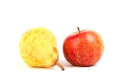 Apple και αχλάδι στο λευκό Στοκ εικόνα με δικαίωμα ελεύθερης χρήσης
