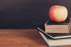 Apple και βιβλία με το υπόβαθρο πινάκων Στοκ Εικόνα