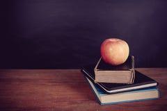 Apple και βιβλία με το υπόβαθρο πινάκων Στοκ Φωτογραφίες