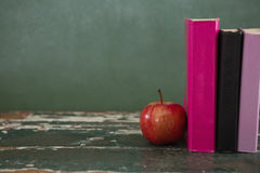 Apple και βιβλία στον πίνακα Στοκ φωτογραφίες με δικαίωμα ελεύθερης χρήσης