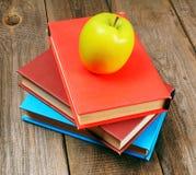 Apple και βιβλία στο ξύλινο υπόβαθρο Στοκ Εικόνες