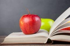 Apple και βιβλίο Στοκ φωτογραφία με δικαίωμα ελεύθερης χρήσης