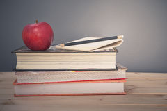 Apple και βιβλίο Στοκ εικόνες με δικαίωμα ελεύθερης χρήσης