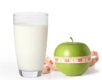 Apple και γάλα σε ένα άσπρο υπόβαθρο Στοκ Εικόνα
