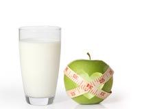 Apple και γάλα σε ένα άσπρο υπόβαθρο Στοκ φωτογραφία με δικαίωμα ελεύθερης χρήσης