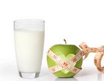 Apple και γάλα στο άσπρο υπόβαθρο Στοκ εικόνες με δικαίωμα ελεύθερης χρήσης