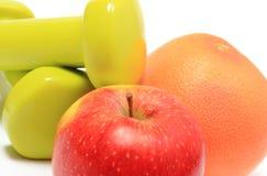 Apple και γκρέιπφρουτ με τους πράσινους αλτήρες Στοκ φωτογραφία με δικαίωμα ελεύθερης χρήσης