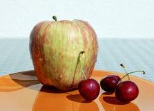 Apple και γλυκά κεράσια Στοκ Εικόνες