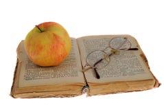 Apple και γυαλιά στο βιβλίο Στοκ Φωτογραφίες