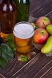 Apple και γυαλί και μπουκάλια μηλίτη αχλαδιών με τα φρούτα Στοκ φωτογραφία με δικαίωμα ελεύθερης χρήσης