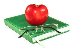 Apple και γυαλιά σε ένα βιβλίο Στοκ Εικόνες
