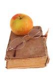 Apple και γυαλιά στο βιβλίο Στοκ εικόνες με δικαίωμα ελεύθερης χρήσης