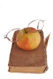 Apple και γυαλιά στο βιβλίο Στοκ Φωτογραφία
