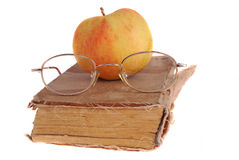 Apple και γυαλιά στο βιβλίο Στοκ Εικόνες