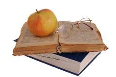 Apple και γυαλιά στο βιβλίο Στοκ φωτογραφίες με δικαίωμα ελεύθερης χρήσης