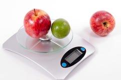Apple και λεμόνι στην κλίμακα κουζινών Στοκ Εικόνα