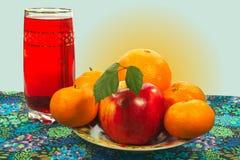 Apple και εσπεριδοειδές σε ένα πιάτο, ένα ποτήρι του χυμού Στοκ φωτογραφίες με δικαίωμα ελεύθερης χρήσης