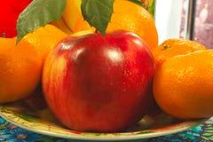 Apple και εσπεριδοειδές σε ένα πιάτο Στοκ φωτογραφίες με δικαίωμα ελεύθερης χρήσης