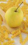 Apple και ζυμαρικά rotini Στοκ Φωτογραφία