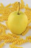 Apple και ζυμαρικά rotini Στοκ Εικόνες