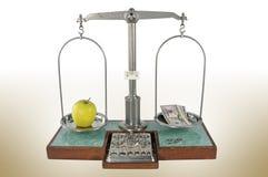 Apple και ισορροπημένη χρήματα κλίμακα Στοκ εικόνα με δικαίωμα ελεύθερης χρήσης