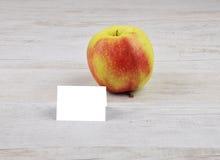 Apple και κάρτα Στοκ φωτογραφία με δικαίωμα ελεύθερης χρήσης