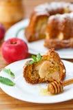 Apple και κέικ μελιού Στοκ Εικόνες