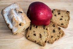 Apple και κέικ με τις σταφίδες Στοκ φωτογραφία με δικαίωμα ελεύθερης χρήσης