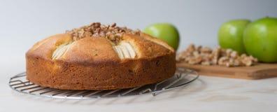 Apple και κέικ ξύλων καρυδιάς, τρία μήλα και κομμάτια ξύλων καρυδιάς Στοκ Φωτογραφίες