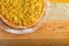Apple και κέικ ρεβεντιού στο πιάτο γυαλιού Στοκ Εικόνα
