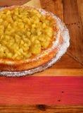 Apple και κέικ ρεβεντιού στο πιάτο γυαλιού Στοκ φωτογραφία με δικαίωμα ελεύθερης χρήσης