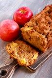 Apple και κέικ σταφίδων, που τεμαχίζεται εν πλω Στοκ Εικόνες