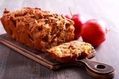 Apple και κέικ σταφίδων, που τεμαχίζεται εν πλω Στοκ εικόνες με δικαίωμα ελεύθερης χρήσης