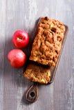Apple και κέικ σταφίδων, που τεμαχίζεται εν πλω, Στοκ Εικόνες