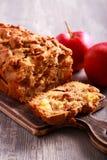 Apple και κέικ σταφίδων, που τεμαχίζεται εν πλω Στοκ φωτογραφία με δικαίωμα ελεύθερης χρήσης