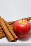 Apple και κανέλα στο άσπρο πιάτο Στοκ Εικόνες