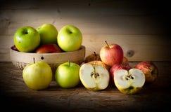 Apple και καλάθι στον ξύλινο πίνακα, Στοκ φωτογραφίες με δικαίωμα ελεύθερης χρήσης